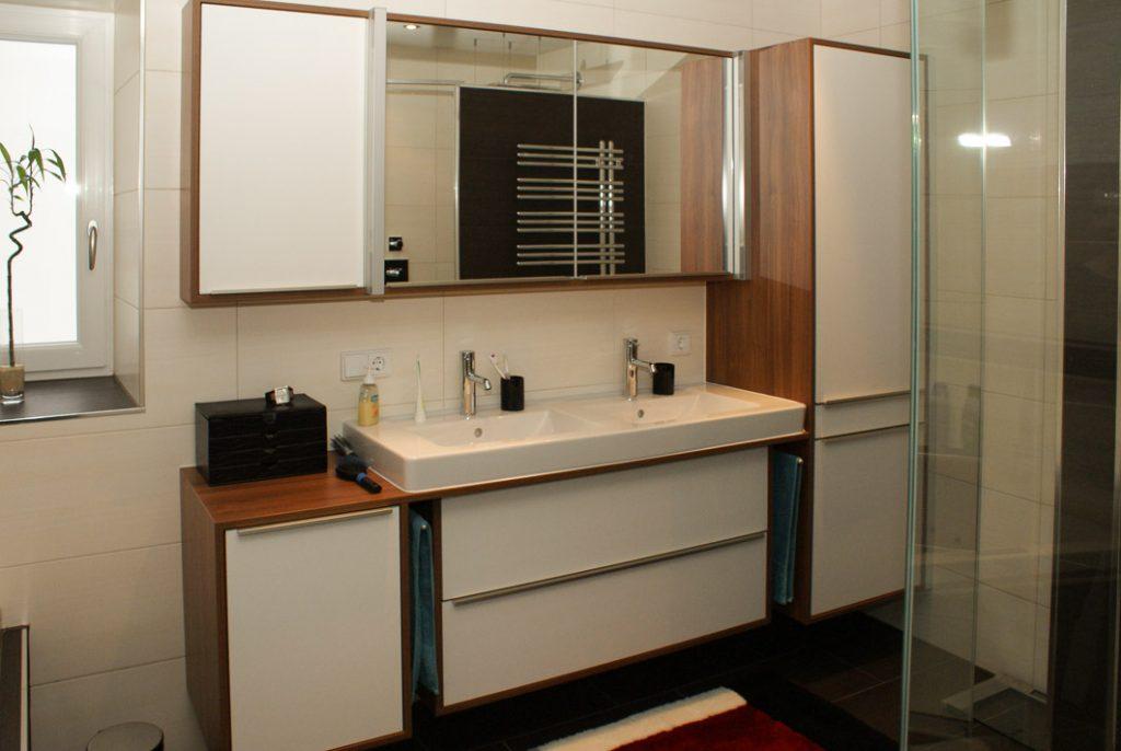 Doppelwaschtisch mit Möbelverbau und Spiegelschrank.