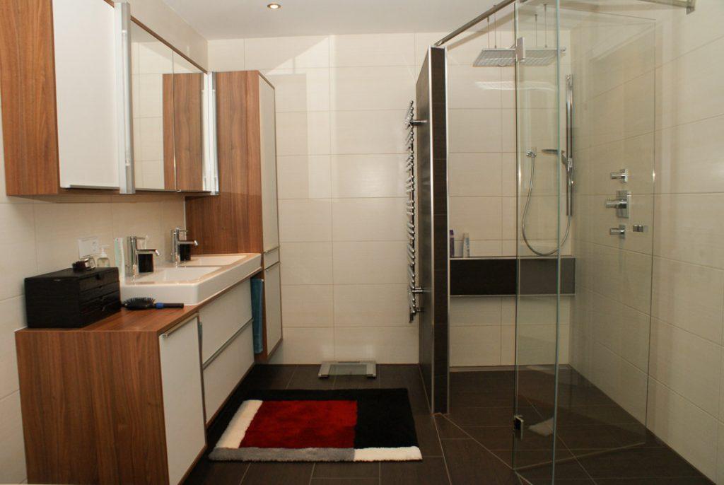 Individuell gestaltete großzügige Dusche mit Duschrinne.