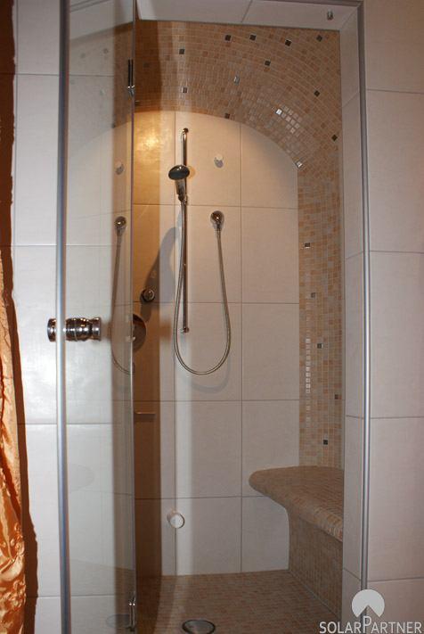 Individuelles Dampfbad mit integrierter Dusche.