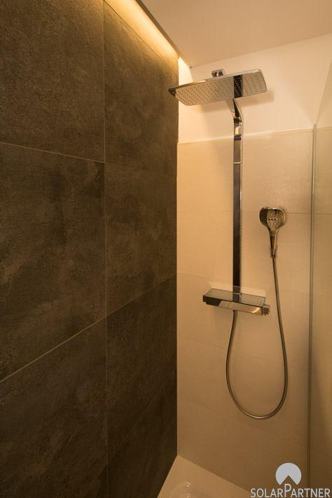Luxuriöses Aufputz-Duschsystem mit Regenbrause.