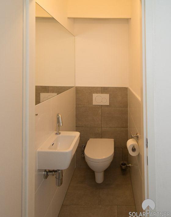 Wand-WC und platzsparendes Handwaschbecken.