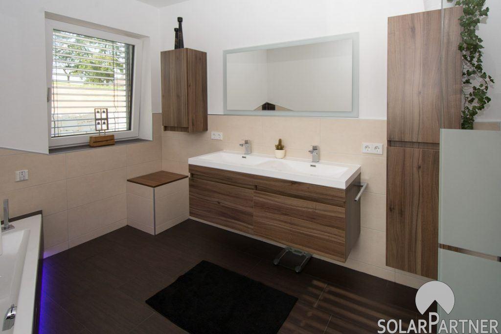 Doppel-Waschtisch mit Möbel und Spiegel.