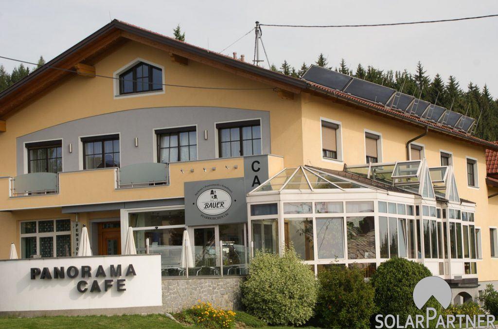 Gewerblich genutzte Solaranlage mit Ständermontage auf Satteldach.