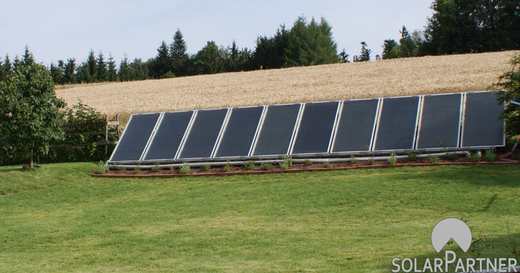 Bodenmontage einer Solaranlage im Garten.