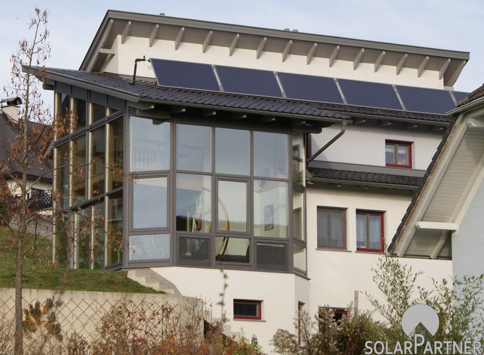 Optimierte Solaranlage auf einem Pultdach.
