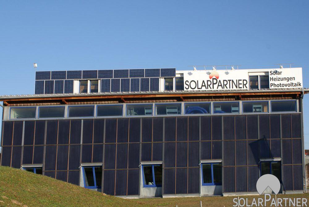 Das mit dem Energy Globe ausgezeichnete Firmengebäude der Firma SolarPartner mit einem thermischen Fassadenkollektor aus eigener Produktion und einer PV-Anlage für den Eigenverbrauch.