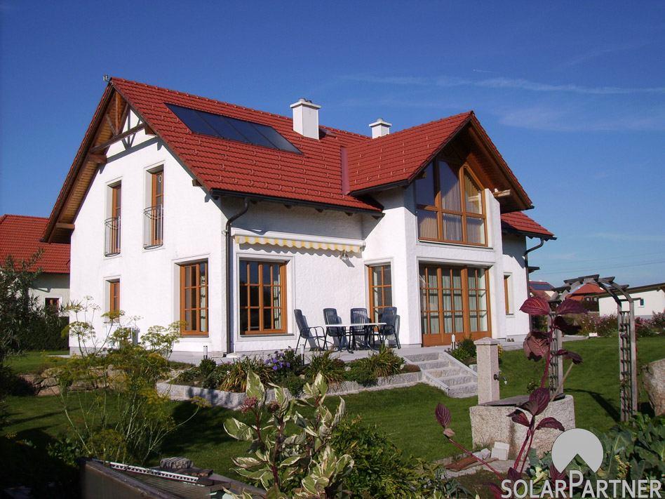 Indach Solaranlage mit Blecheinfassung in Dachfarbe rot.