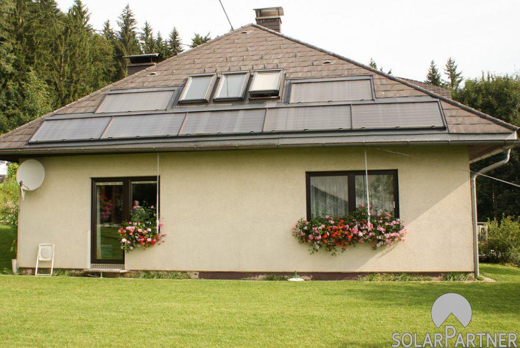 Solaranlage mit waagrechter Kollektoranordnung.