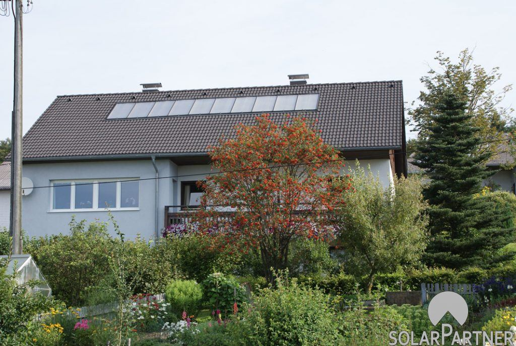 Thermische Solaranlage zum Heizen und Warmwasserbereitung. Kollektoren in einer Reihe.