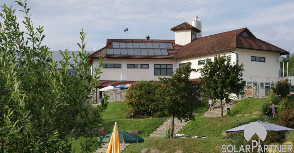 Solaranlage für Naturschwimmbad und Sportanlage.