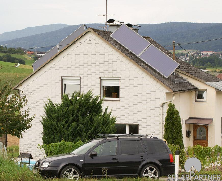 Maximale Sonnenenergieausbeute der thermischen Solaranlage durch außergewöhnliche Montage.