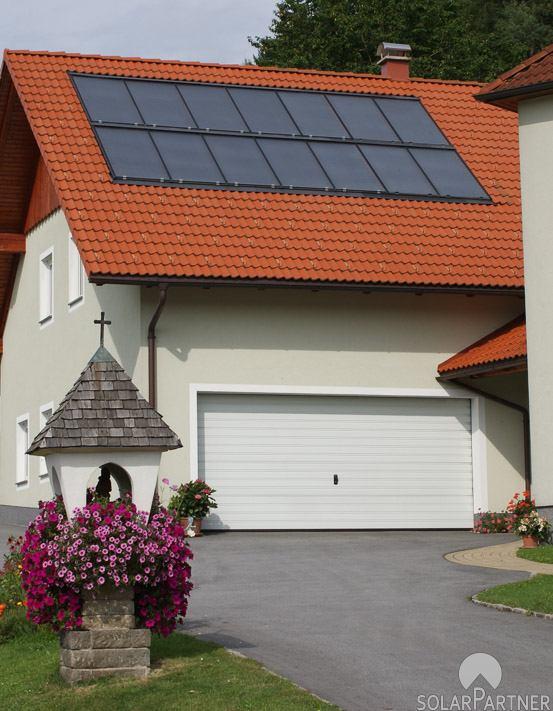 Große Solaranlage mit 2 Feldern übereinander.